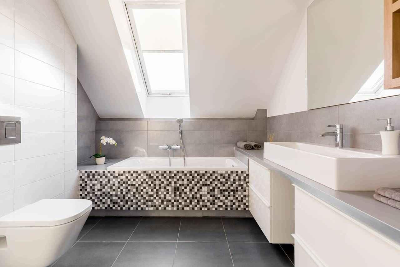 Badkamer onder een hellend dak