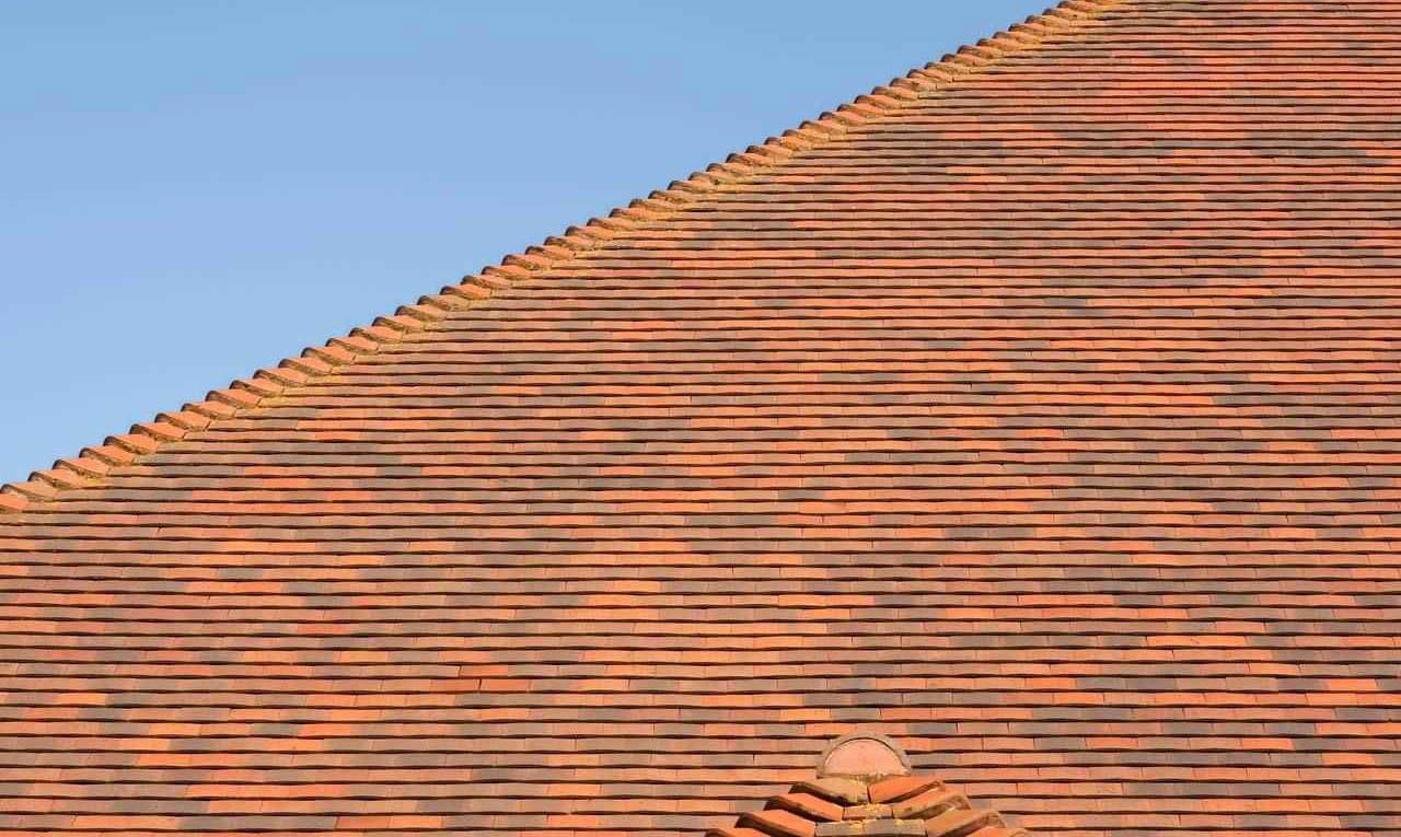 Hellend dak met tegelpannen